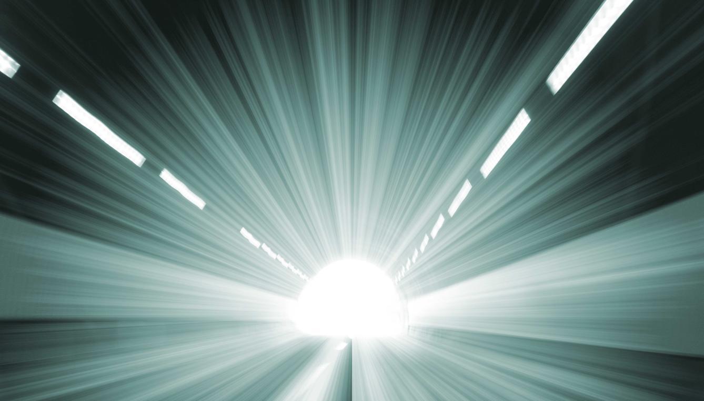 pensar-en-si-hay-luz-del-final-del-tunel-o-en-el-mas-alla-ayuda-a-muchas-personas-a-enfrentarse-al-miedo-a-la-muerte-istock