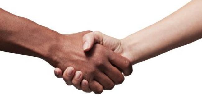 16 saludos de distintas culturas que te dejarn sin palabras el 10 botswana lleva el apretn de manos tradicional que todos conocemos al siguiente nivel se inicia en la posicin apretn de manos occidental thecheapjerseys Images