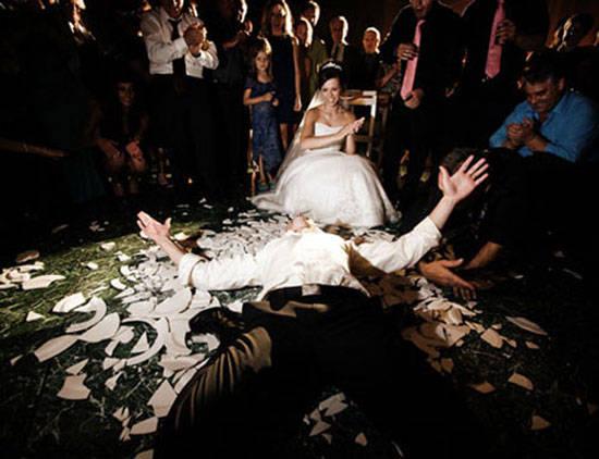 Desde cortar troncos hasta romper platos, las parejas alemanas seguro que saben cómo organizar una boda muy extraña.