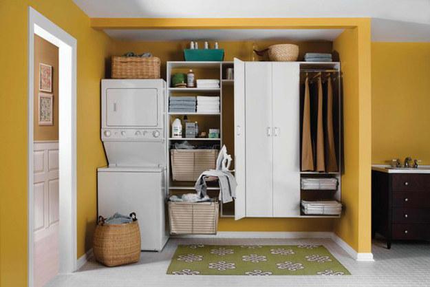 retira las puertas del armario y acomoda una lavadora secadora y los estantes