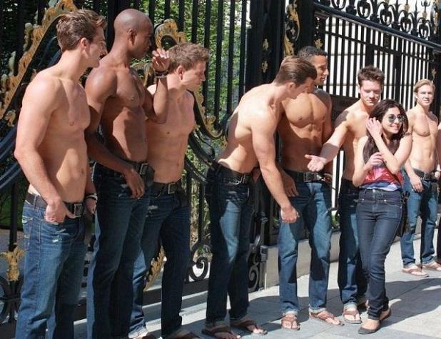 mujer_rodeada_de_hombres_sin_camiseta