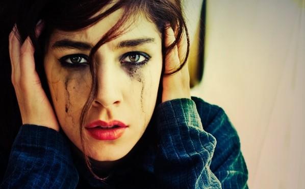 mujer-llorando-con-los-oidos-tapados