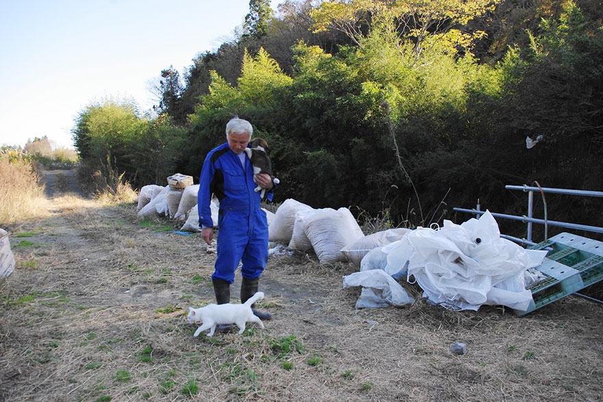 fukushima-radioactive-disaster-abandoned-animal-guardian-naoto-matsumura-3