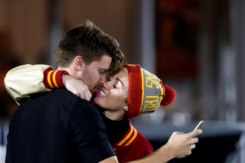 miley-patrick-kissing-14nov14-03