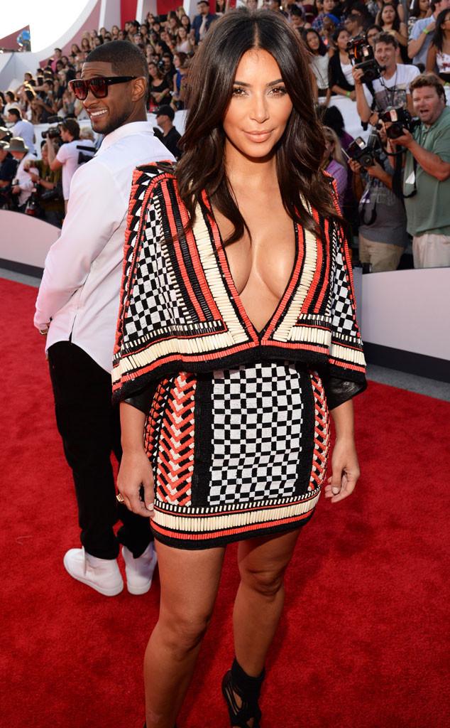 rs_634x1024-140825043931-634.Kim-Kardashian-Usher-Photobomb-VMAs-JR-82514