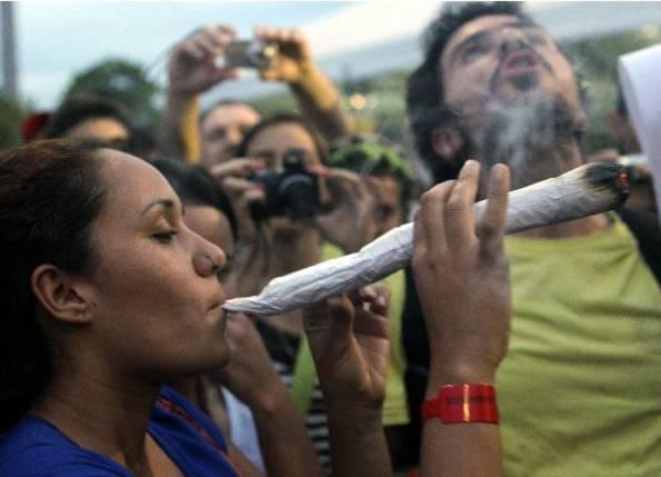 activistas-prolegalizacion-fuman-un-porro-gigante-en-una-marcha-a-favor-de-la-liberacion-de-la-marihuana-archivo_595_429_97675