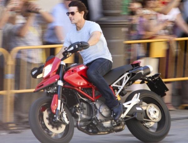 Tom-adore-les-motos-_portrait_w858