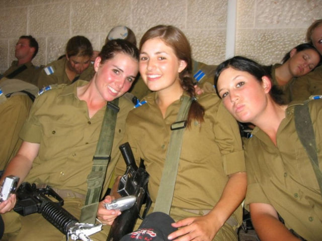 gorgeous_army_girls_who_are_strong_and_sexy_in_combat_gear_640_31