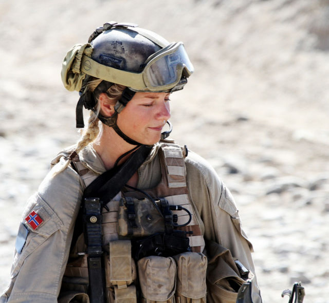 gorgeous_army_girls_who_are_strong_and_sexy_in_combat_gear_640_50