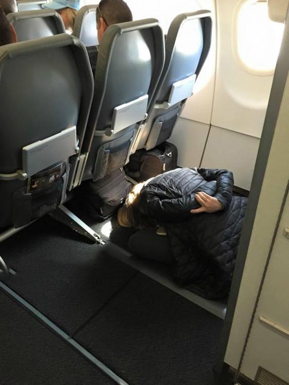 20-pasajeros-que-han-perdido-totalmente-la-verguenza-en-el-avion-14-563x750