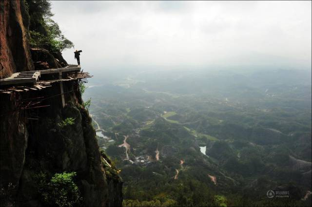 building_a_mountain_road_in_china_is_quite_a_dangerous_business_640_02