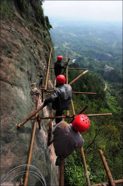 building_a_mountain_road_in_china_is_quite_a_dangerous_business_640_03