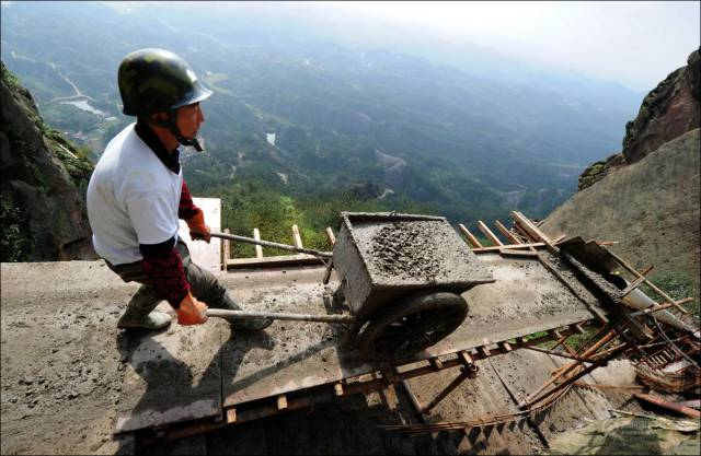 building_a_mountain_road_in_china_is_quite_a_dangerous_business_640_06