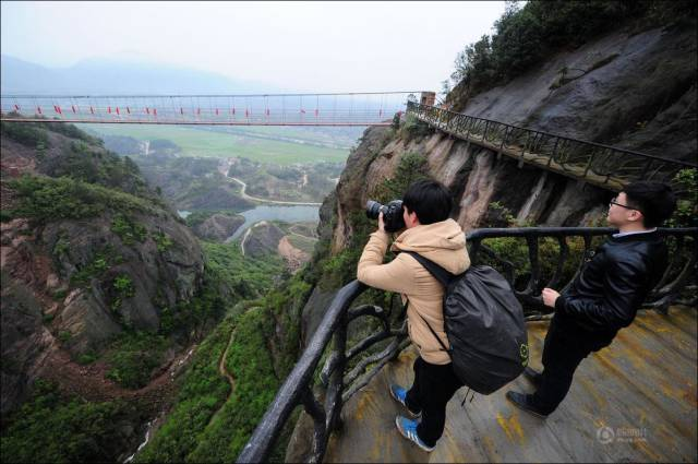 building_a_mountain_road_in_china_is_quite_a_dangerous_business_640_07