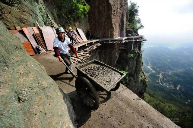 building_a_mountain_road_in_china_is_quite_a_dangerous_business_640_08