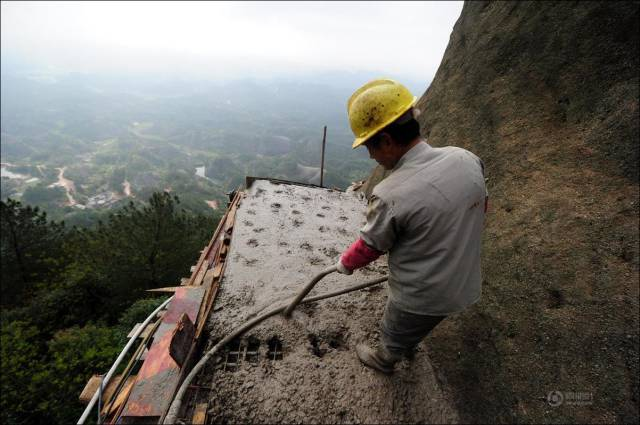 building_a_mountain_road_in_china_is_quite_a_dangerous_business_640_09
