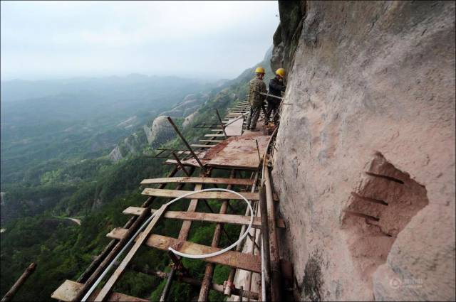 building_a_mountain_road_in_china_is_quite_a_dangerous_business_640_10