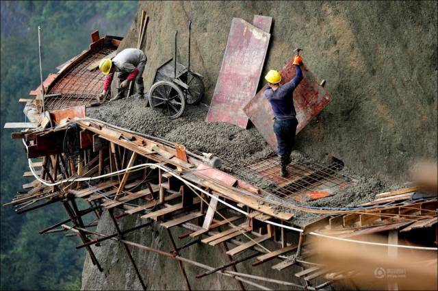 building_a_mountain_road_in_china_is_quite_a_dangerous_business_640_11
