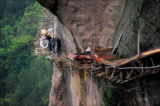 building_a_mountain_road_in_china_is_quite_a_dangerous_business_640_12