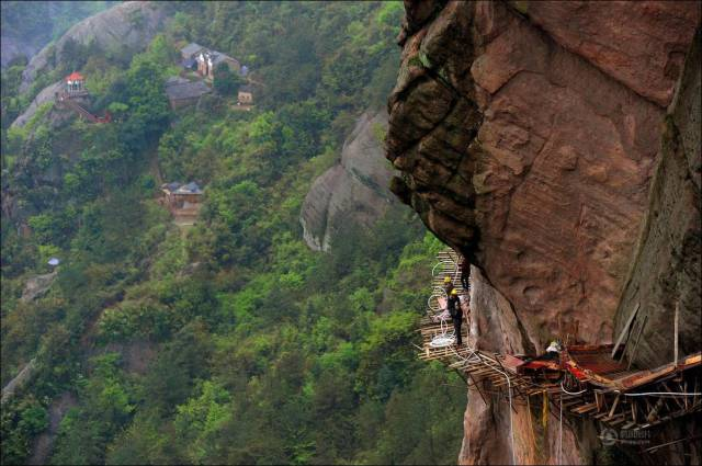 building_a_mountain_road_in_china_is_quite_a_dangerous_business_640_13