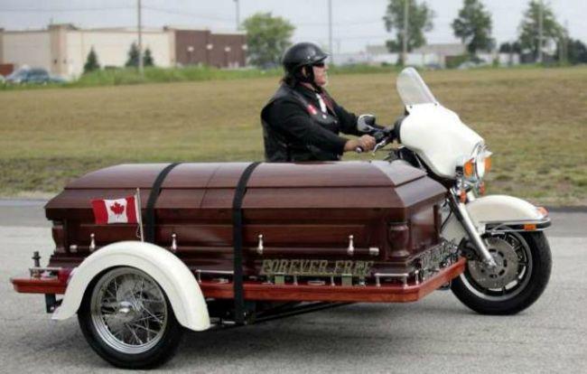 en-moto-a-tu-propio-entierro-lista-672xXx80