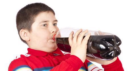 joven-bebiendo-gaseosa