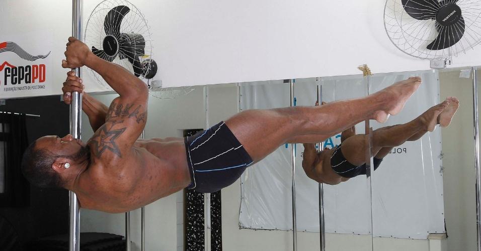 ulisses-fenix-29-anos-professor-de-pole-dance-e-vice-campeao-do-campeonato-paulista-de-2012-e-pegou-o-4-lugar-no-campeonato-brasileiro-de-2013-1382371490848_956x500