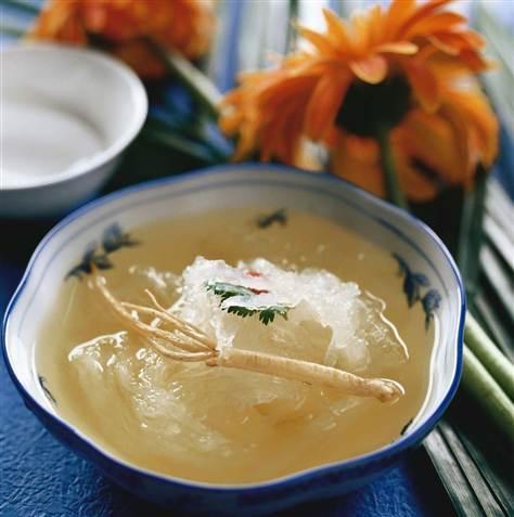 Esta-curiosa-sopa-china-está-hecha-de-saliva-petrificada-de-un-ave-llamada-salangana.-A-2000-dólares.