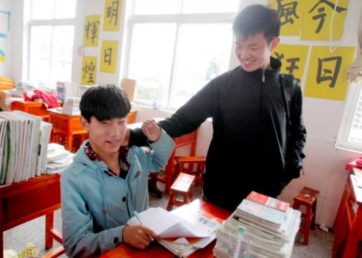 Xie-Xu-estudiante-que-carga-a-su-mejor-amigp-730x520