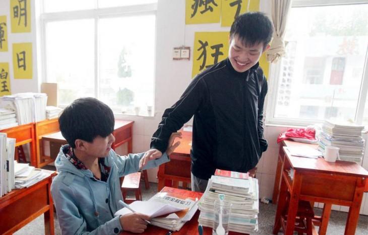 Xie-el-estudiante-que-ha-cargado-durante-3-años-a-su-amigo-2-730x466