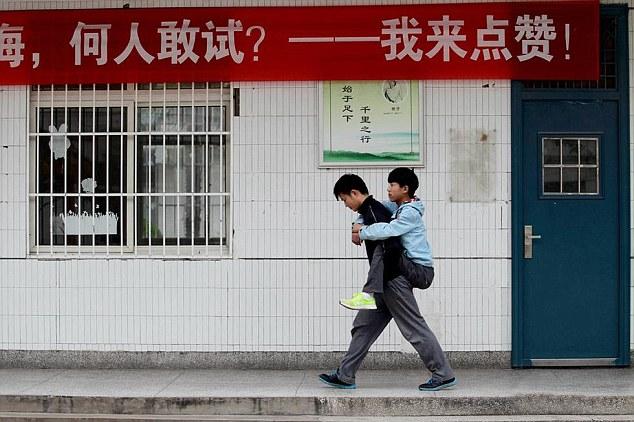 Xie-el-estudiante-que-ha-cargado-durante-3-años-a-su-amigo-5