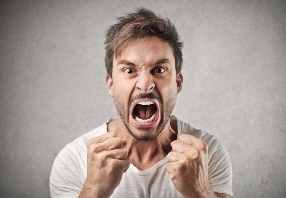 hombre-agresivo-y-furioso