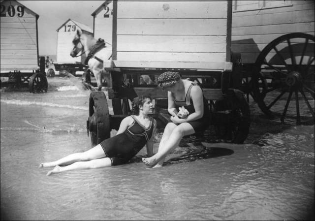 what_a_day_on_the_beach_looked_like_100_years_ago_640_03