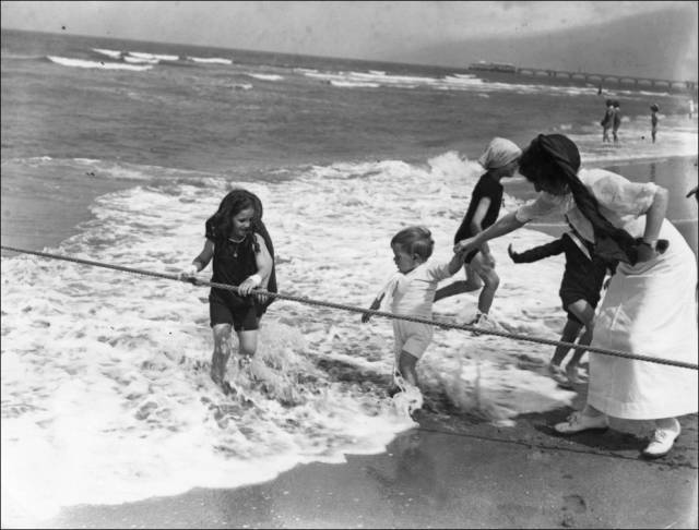 what_a_day_on_the_beach_looked_like_100_years_ago_640_12