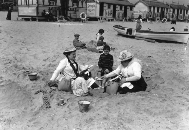what_a_day_on_the_beach_looked_like_100_years_ago_640_25