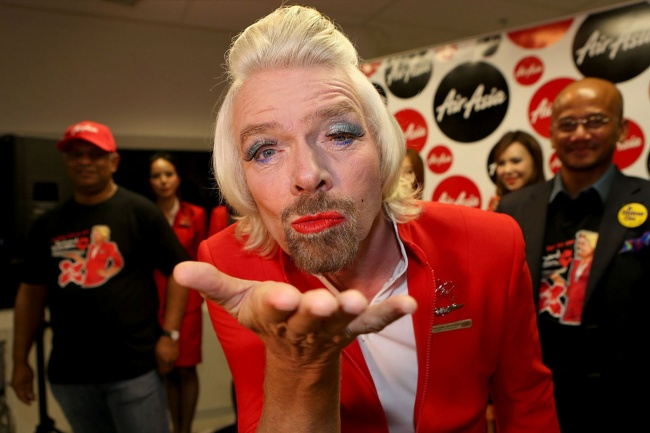 87555-R3L8T8D-650-Richard-Branson-blows-a-kiss-before-boarding-his-flight-to-Kuala-Lumpur-at-Perth-International-Airport-1886090