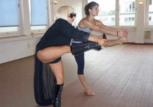 gaga-haciendo-yoga