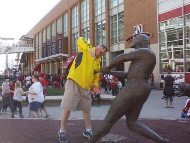 people_getting_a_little_silly_with_statues_640_01