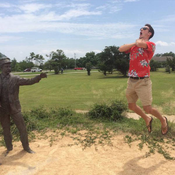 people_getting_a_little_silly_with_statues_640_03