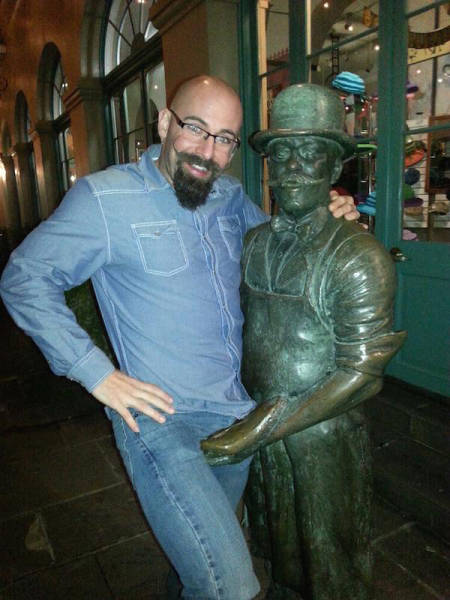 people_getting_a_little_silly_with_statues_640_05