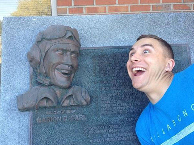 people_getting_a_little_silly_with_statues_640_08