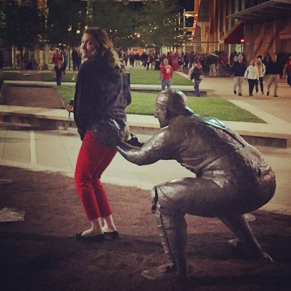 people_getting_a_little_silly_with_statues_640_13