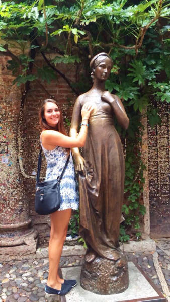 people_getting_a_little_silly_with_statues_640_14