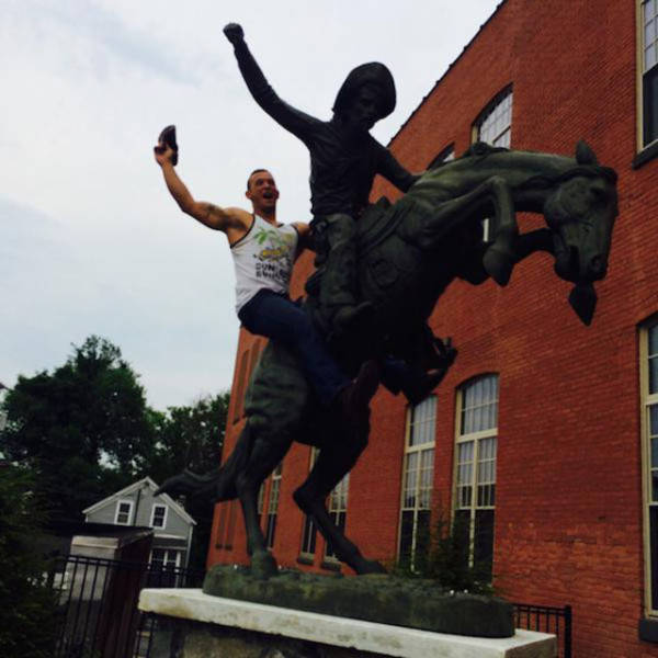 people_getting_a_little_silly_with_statues_640_19