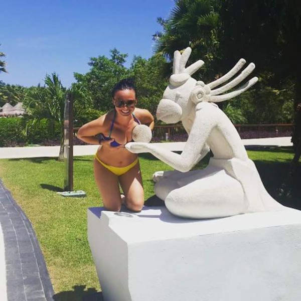 people_getting_a_little_silly_with_statues_640_21