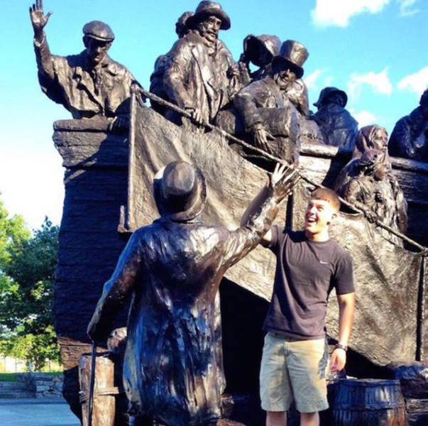 people_getting_a_little_silly_with_statues_640_24