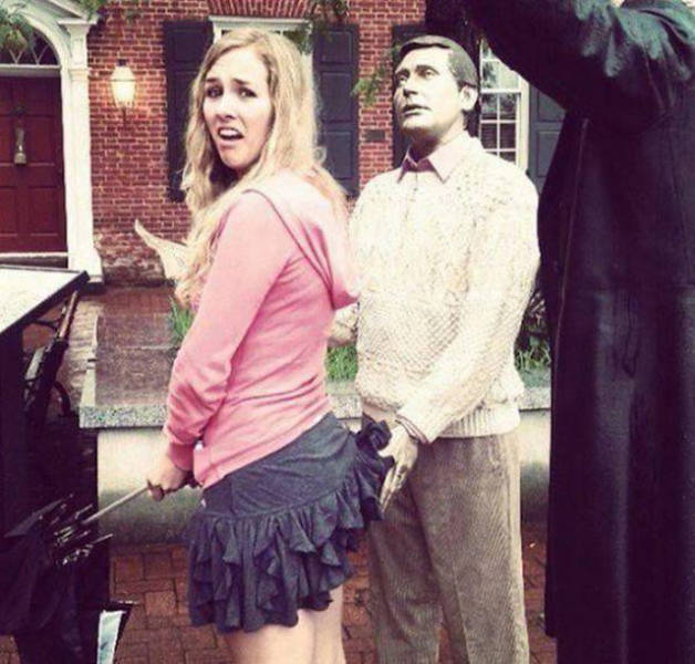 people_getting_a_little_silly_with_statues_640_28