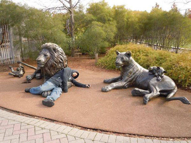people_getting_a_little_silly_with_statues_640_31