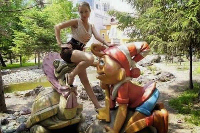 people_getting_a_little_silly_with_statues_640_32