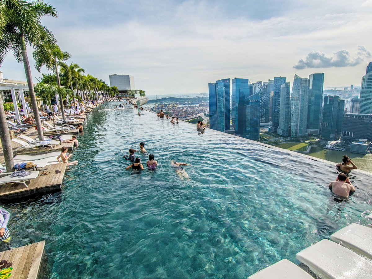 the-marina-bay-sands-hotel-in-singapore-has-a-stunning-infinity-rooftop-pool-on-the-hotels-57th-floor-where-guests-can-swim-and-admire-the-singaporean-skyline (1)